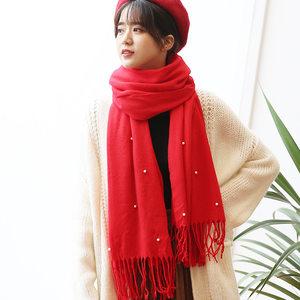 新娘大红色<span class=H>围巾</span>女冬季新款保暖加厚披肩珍珠针织纯色<span class=H>围巾</span>女时尚潮