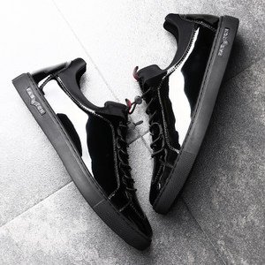 男鞋休闲<span class=H>皮鞋</span>个性亮面漆皮板鞋男士韩版潮流休闲鞋纯黑色百搭潮鞋