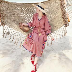2018新款复古民族风格子刺绣<span class=H>连衣裙</span>波西米亚海边度假沙滩裙中长款