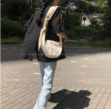 In spring and summer of 2019, the blogger of Shangxinins in South Korea recommended canvas tie-knotted dumpling bags with one shoulder and slant straddle for women's bags.