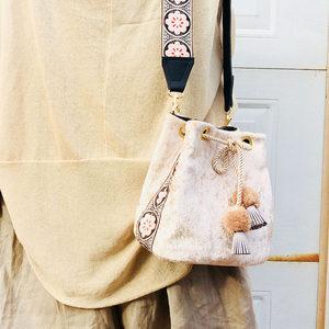 原创<span class=H>包包</span>女2019新款刺绣民族风宽包带单肩斜挎包女丝绒水桶小方包