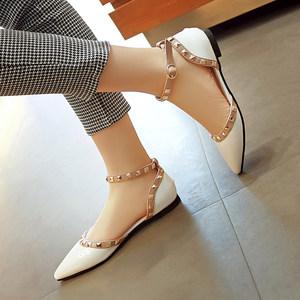 新款韩版时尚铆钉中空<span class=H>凉鞋</span>包头一字扣带尖头漆皮女鞋平底平跟鞋子