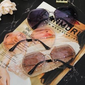 2018茶色墨镜女士网红明星同款多边形无框切边太阳镜个性透明<span class=H>眼镜</span>